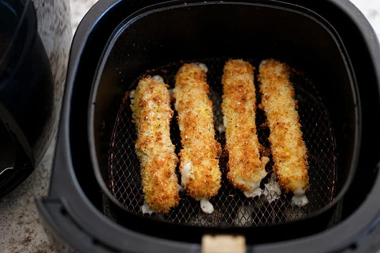 Frozen-mozzarella-sticks-in-air-fryer-2